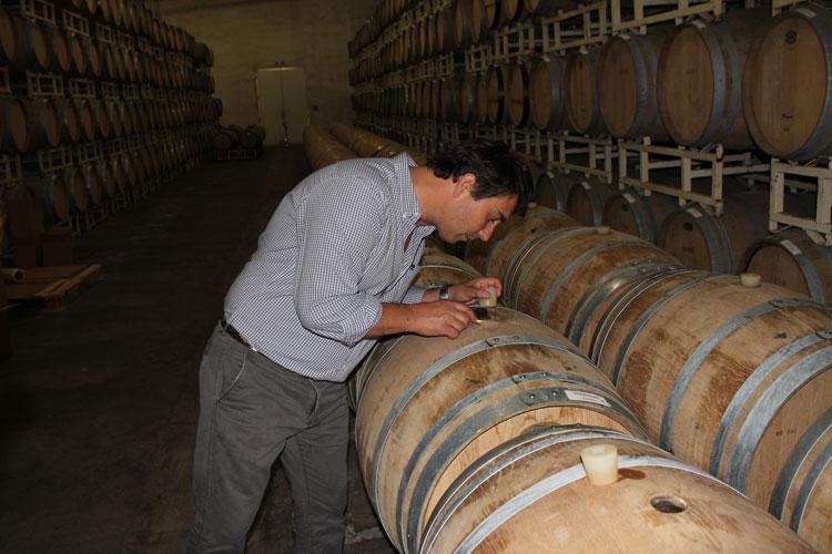 inmakare Sebastian Suarez kontrollerar jäsningen.